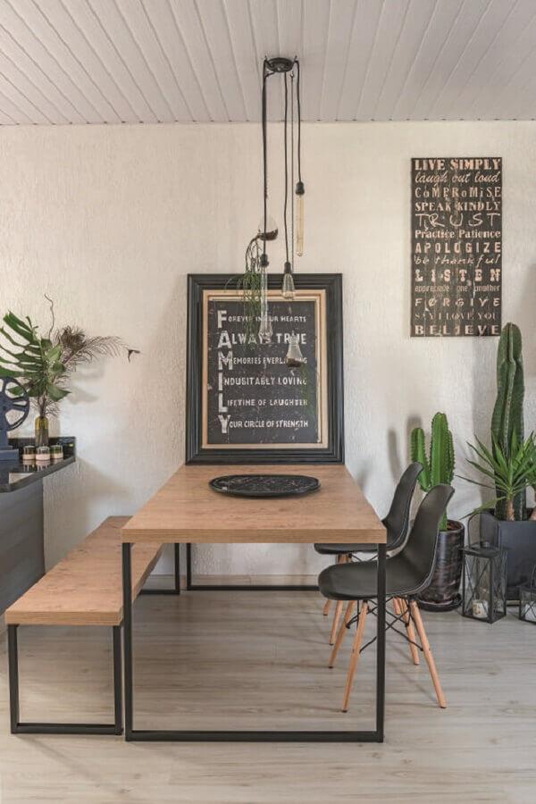 mesa com banco com design industrial para decoração de sala de jantar Foto Simples Decoração