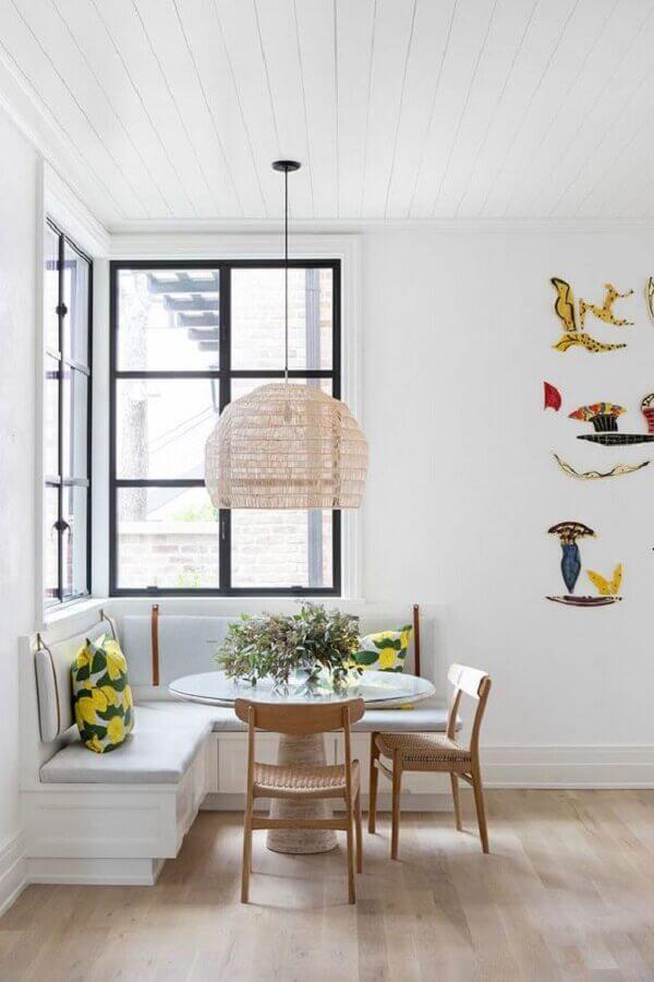 mesa com banco de canto e cadeiras de madeira para sala de jantar toda branca Foto Pinterest
