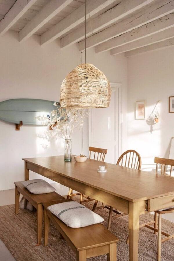 mesa com banco e cadeiras de madeira para sala de jantar com lustre rústico Foto Apartment Therapy