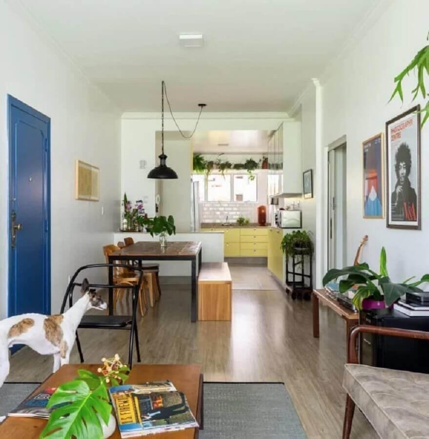 mesa com banco e cadeiras para decoração de sala de jantar simples em casa conceito aberto Foto Histórias de Casa