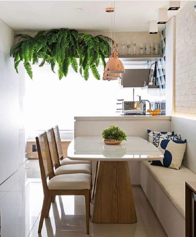 mesa com banco estofado e cadeiras de madeira para sala de jantar planejada Foto Jeito de Casa