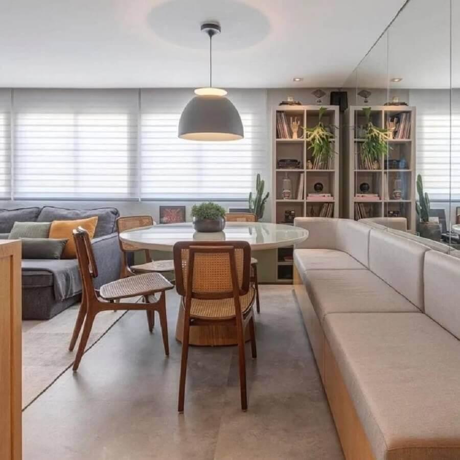 mesa com banco estofado para sala de jantar moderna integrada com sala de estar Foto Pires e Medeiros Arquitetura