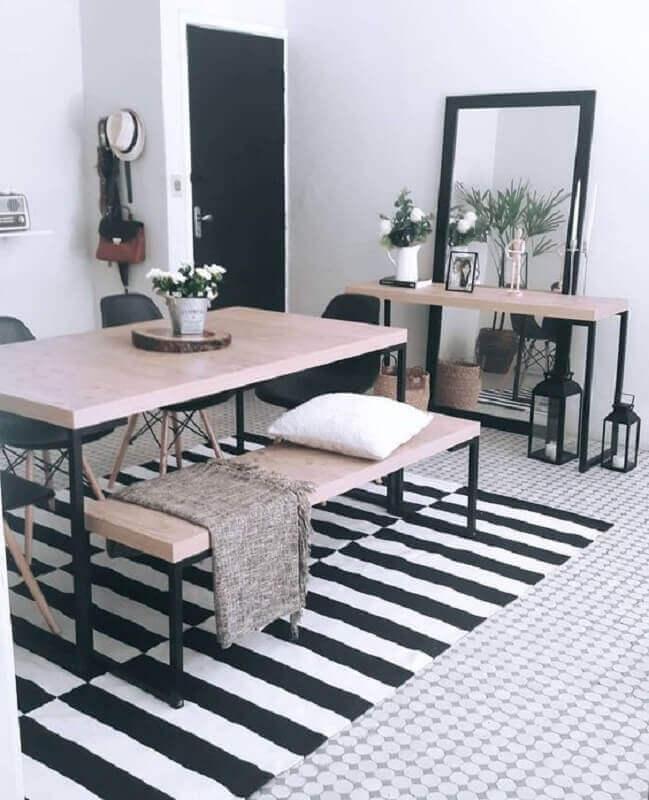 mesa com banco para decoração de sala de jantar com tapete listrado preto e branco Foto Pinterest