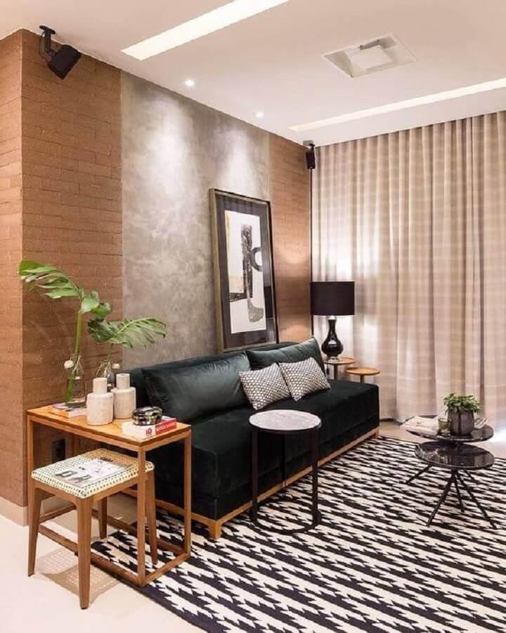mesa de canto de madeira para decoração de sala com sofá preto e parede de cimento queimado e tijolinho Foto Pinterest