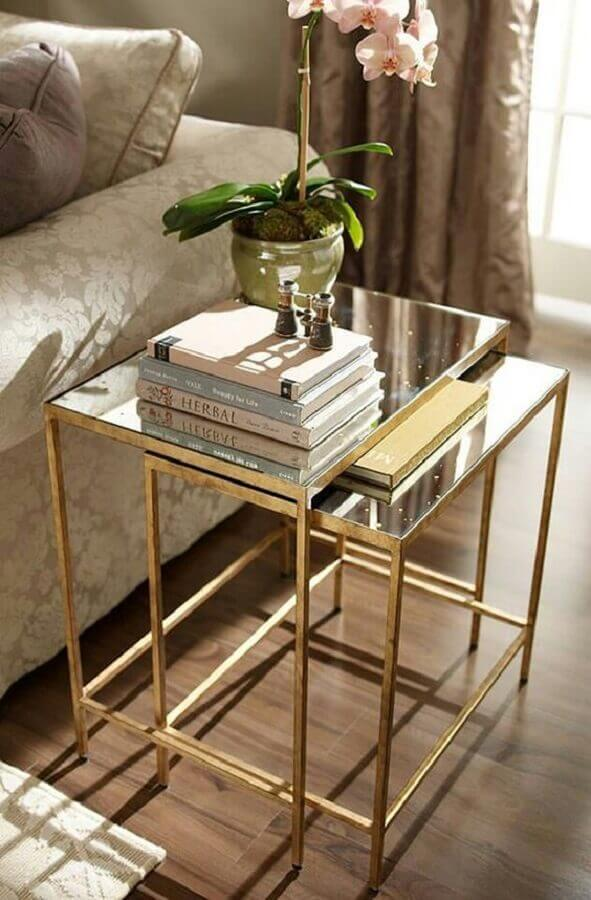 mesa de canto de vidro com estrutura dourada Foto Danielle Noce