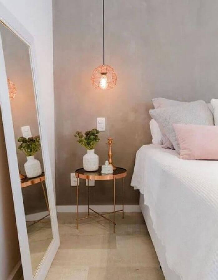 mesa de canto para quarto branco decorado com parede de cimento queimado e espelho de chão Foto Pinterest