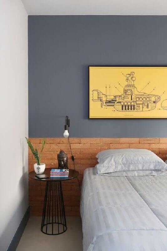 mesa de canto preta redonda para quarto cinza decorado com cabeceira feita com tijolinho Foto Jeito de Casa