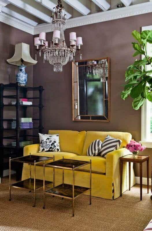 mesa de canto quadrada de madeira para decoração de sala simples com sofá amarelo Foto Pinterest