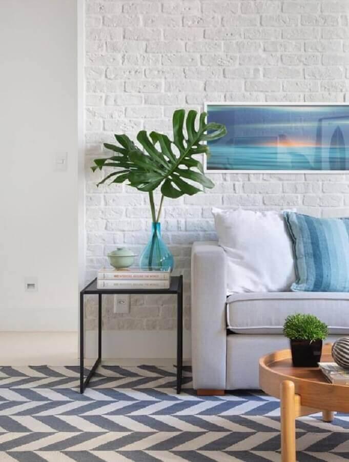 mesa de canto quadrada para sala decorada com parede tijolinho branca e sofá cinza Foto LZ Studio