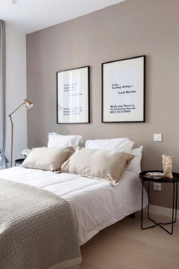 mesa de canto redonda moderna para decoração de quarto de casal minimalista Foto Apartment Therapy