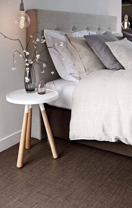 mesa de canto retrô para decoração de quarto de casal com cabeceira cinza Foto Pinterest