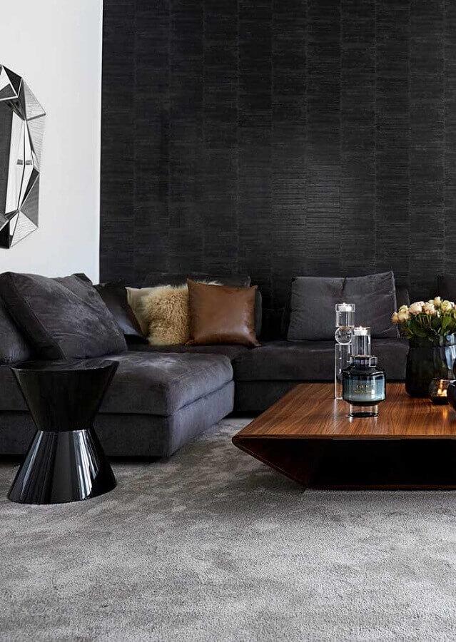 mesa de centro de madeira para decoração de sala preta com tapete cinza Foto Pinterest