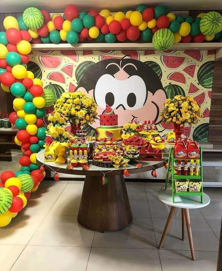 magali's party table decorated with flower arrangements and balloons Foto Pinterest