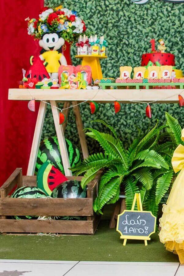 mesa de festa da magali decorada com caixotes de madeira e folhagens Foto Pinterest
