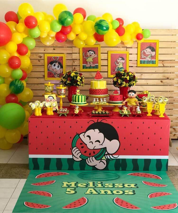 magali party table decorated with wooden panel and colored balloons Photo Rafa Carvalho Parties and Events