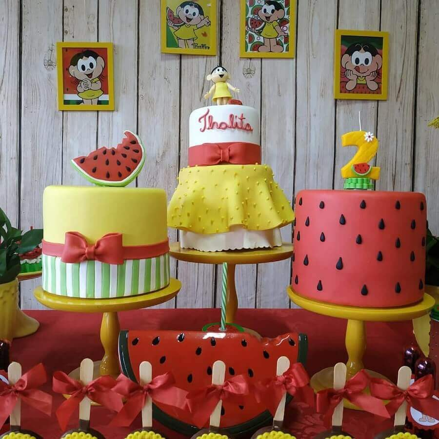 mesa de festa da magali decorada com tres bolos personalizados Foto Pinterest
