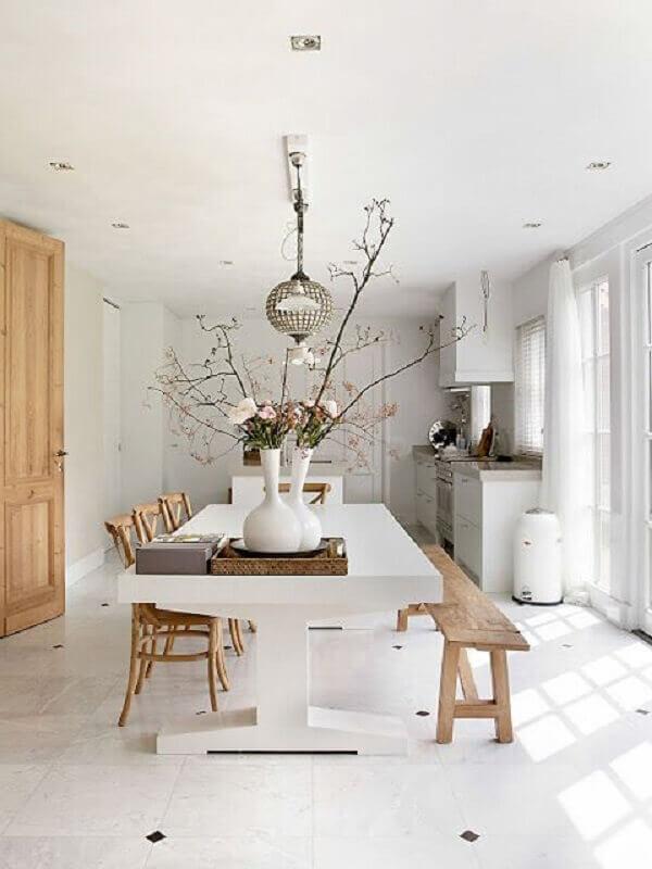 mesa de jantar com banco e cadeiras de madeira Foto Futurist Architecture