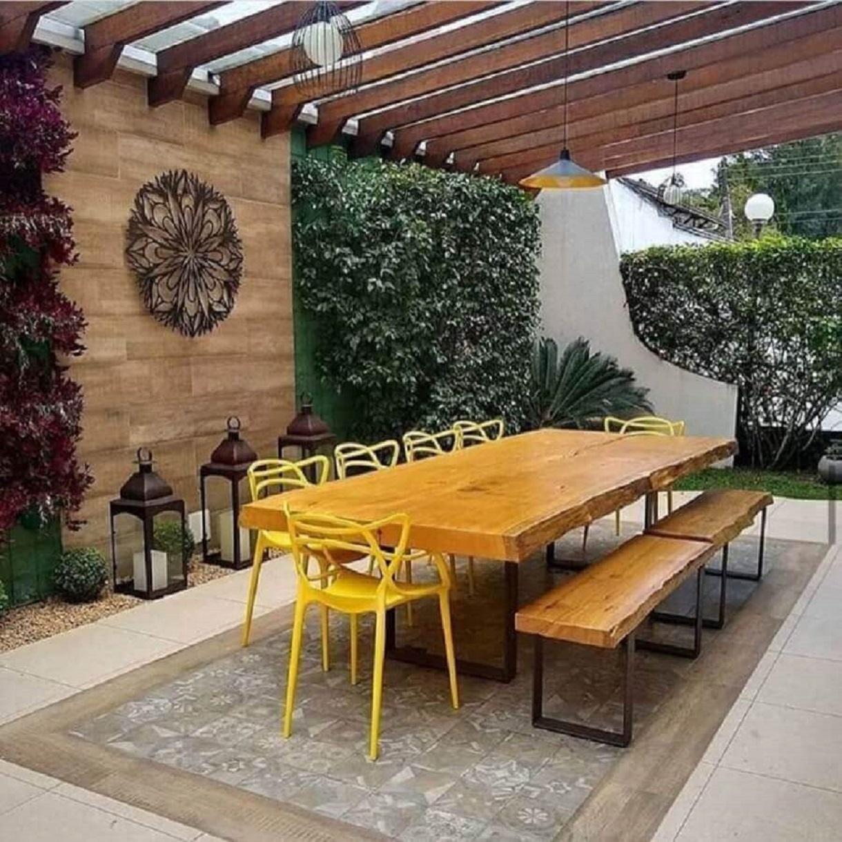 mesa de jantar com banco e cadeiras para varanda ampla decorada Foto Pinterest