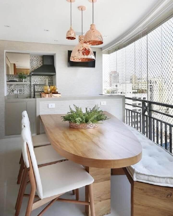 mesa de jantar com banco e cadeiras para varanda gourmet decorada com pendente rose gold Foto Pinterest