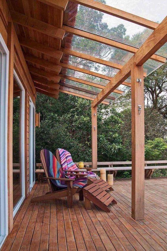 Pergolado de vidro e madeira para casa rustica