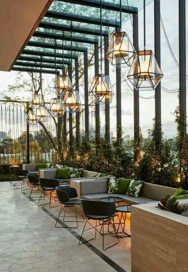 Pergolado de vidro na varanda moderna