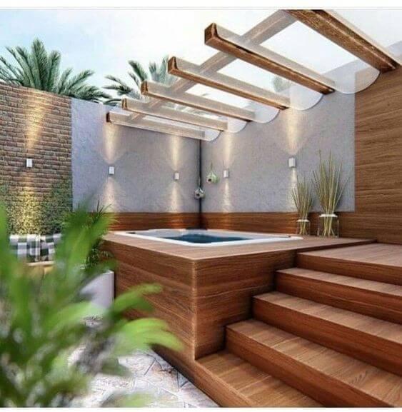 Pergolado de vidro e madeira na banheira de hidromassagem