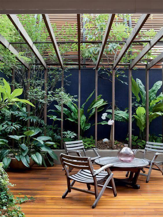 Pergolado de vidro com madeira na jardim