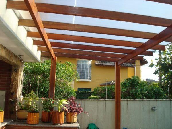 Pergolado de madeira com vidro na varanda