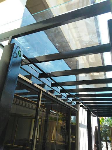 Pergolado de vidro e ferro