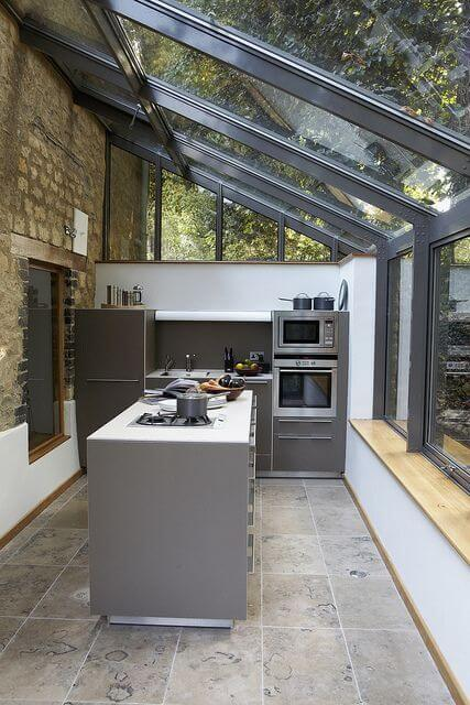 Cozinha no pergolado de vidro