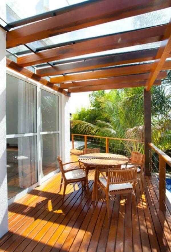 Pergolado de vidro na varanda de casa