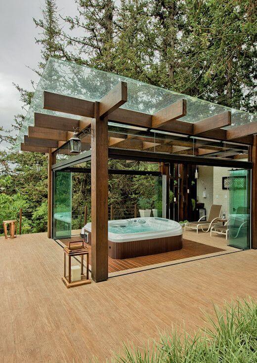 Pergolado de vidro com madeira banheiro de hidromassagem