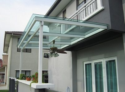 Pergolado de vidro na entrada de casa