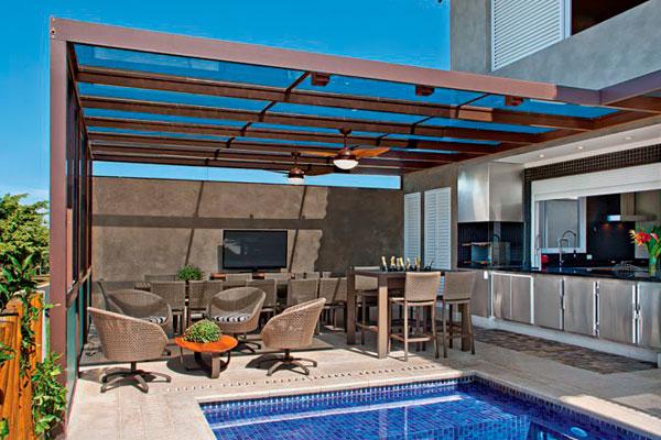 Pergolado de vidro na piscina de casa