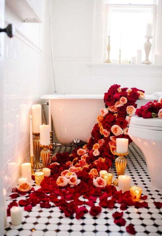 Pétalas de rosas decorando a banheira do quarto romântico