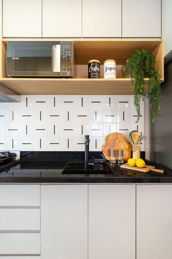 Pia de cozinha pequena com revestimento preto e branco