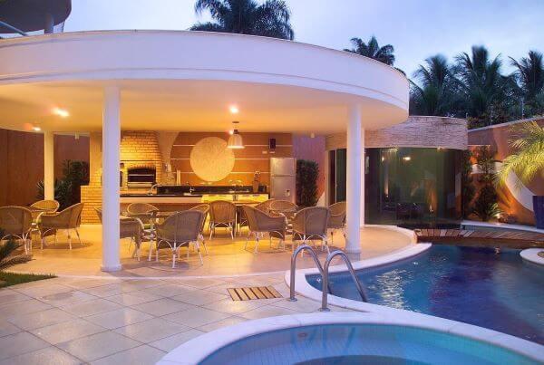 Área gourmet com piscina iluminada