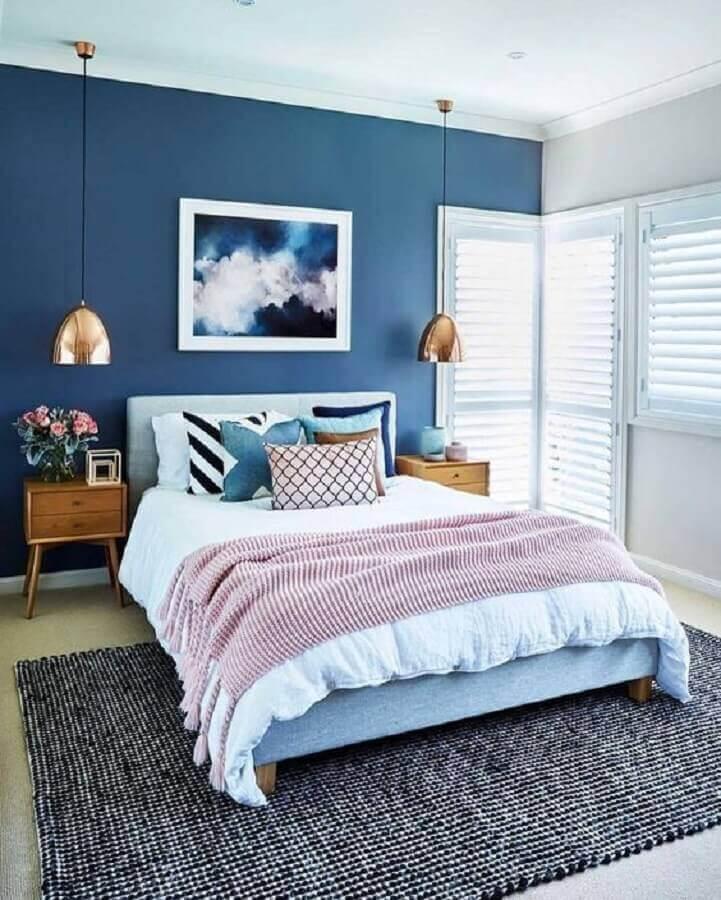 quarto azul decorado com luminária cobre e almofadas para camas de casal Foto Dcore Você