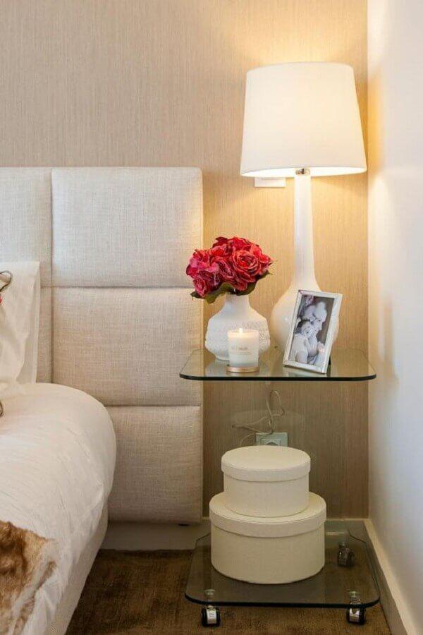 quarto branco e bege decorado com mesa de cabeceira de vidro Foto Archzine