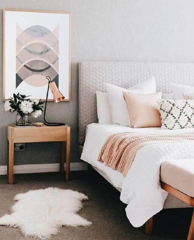 quarto cinza decorado com mesa de cabeceira madeira simples Foto Etsy