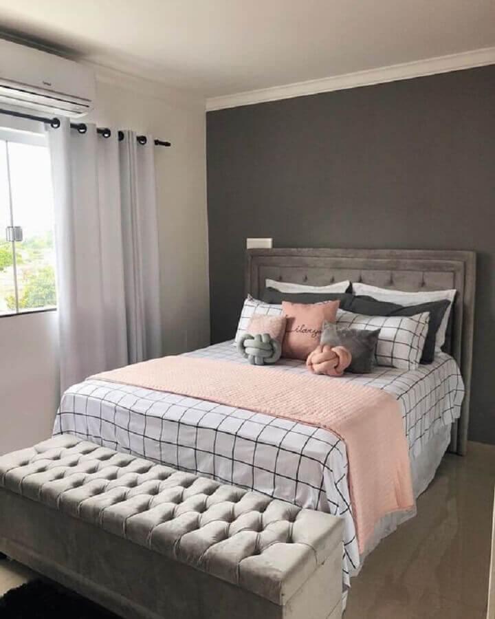 quarto cinza e rosa decorado com almofadas para cama box Foto Pinterest