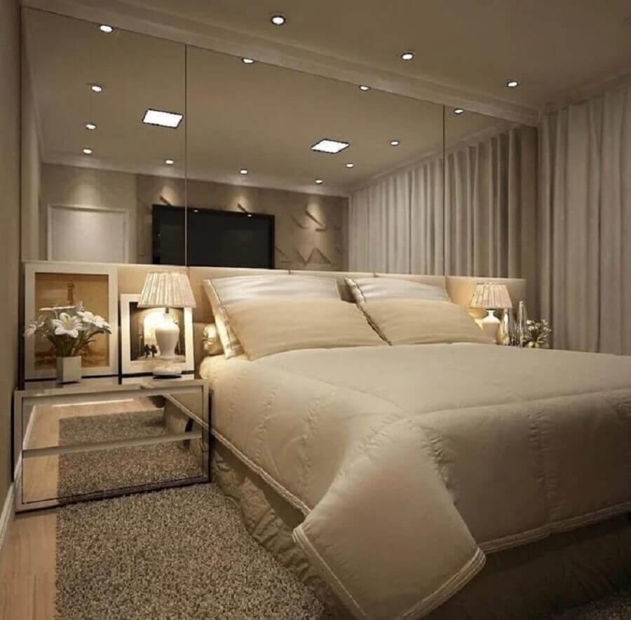 quarto cor pérola decorado com parede e criado mudo espelhado Foto MFSanches Architecture & Interior Design