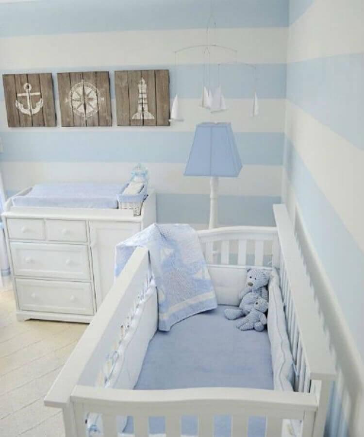 quarto de bebê decorado com papel de parede azul pastel e branco listrado Foto Mil Dicas de Mãe