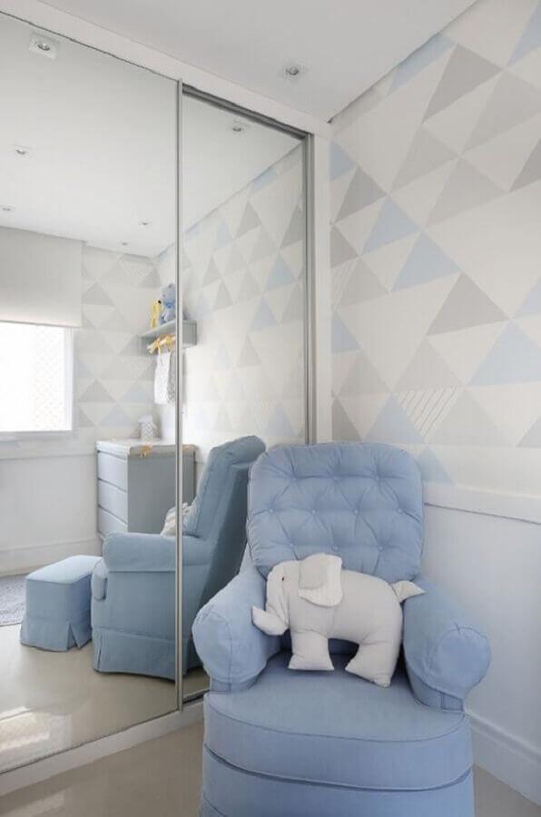 quarto de bebê decorado com poltrona azul tom pastel Foto Constance Zahn