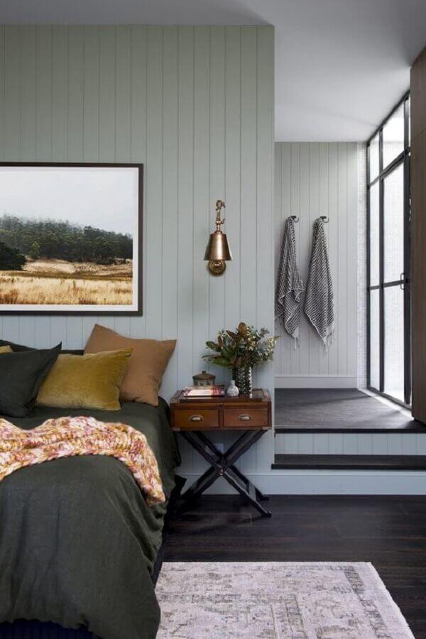 quarto de casal cinza decorado com abajur de parede cobre Foto Apartment Therapy