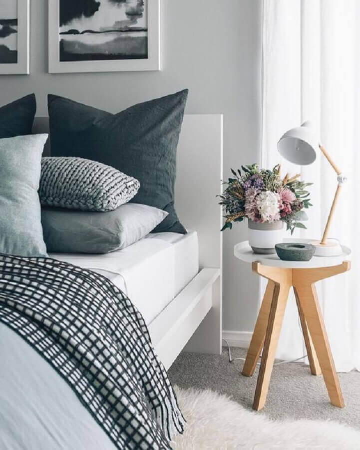 quarto de casal cinza e branco decorado com mesa de canto pé palito Foto We Heart It