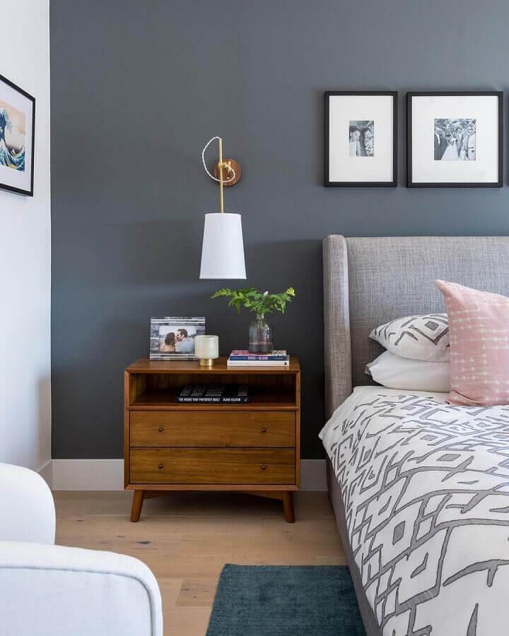 quarto de casal decorado com abajur de parede e parede azul Foto Creative Home Decor