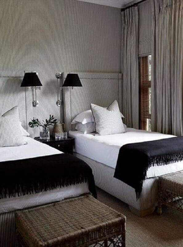 quarto de solteiro decorado com abajur de parede preto Foto Casa Trés Chic