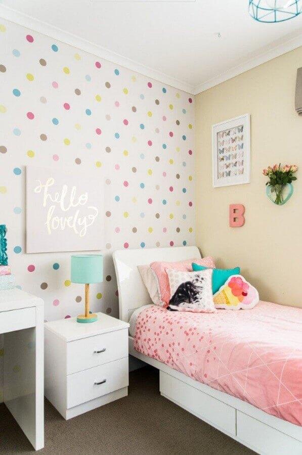 quarto decorado com papel de parede de bolinhas coloridas e almofadas para camas de solteiro Foto Pinterest