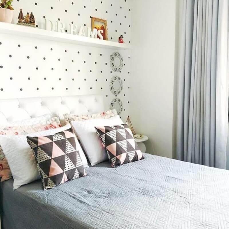 quarto decorado com papel de parede de bolinhas e almofadas para cama estampada Foto Jeito de Casa